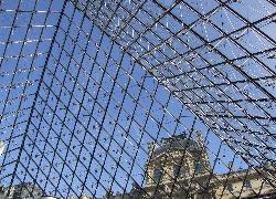 LouvreCezPyramidu.jpg